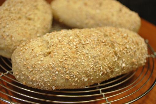 ドライフィグとへーセルナッツのグラハム粉パン